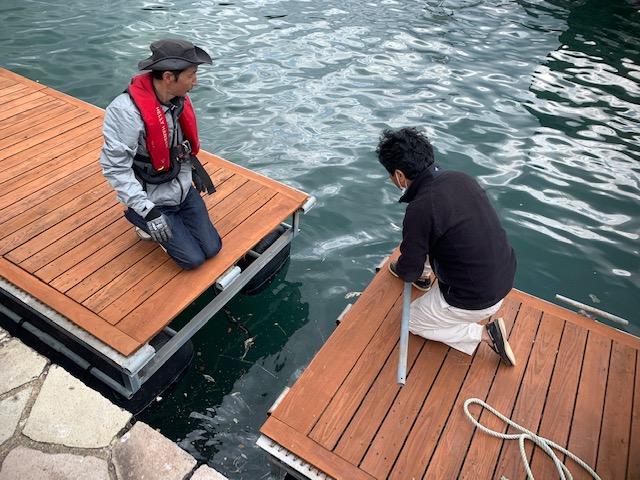 海面に下ろした2台の桟橋を連結