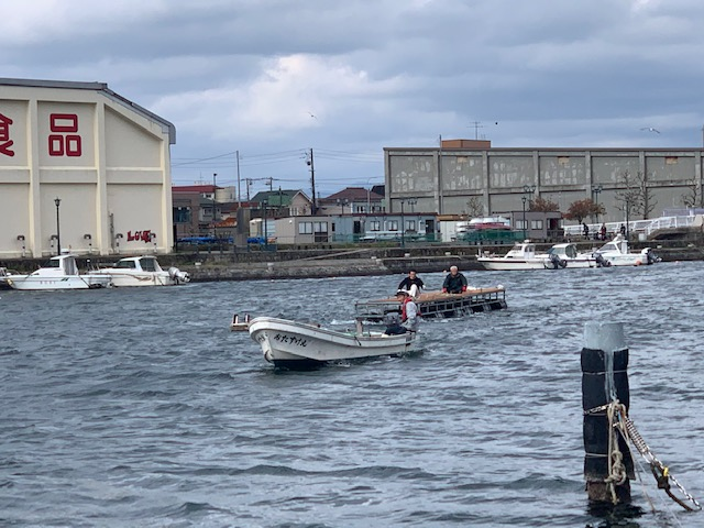 クラブ所有のお助け丸(レスキュー艇)を西島さんが操船し桟橋を曳航