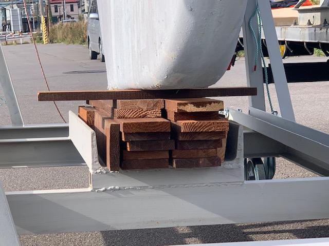 キール受けに板材を結構な厚さまで重ね高さ調整